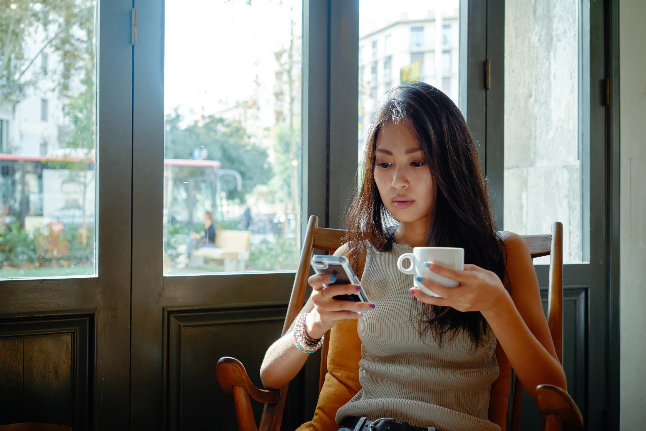 Persona haciendo un KYC con el móvil